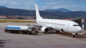 airplane-receiving-jet-fuel-tanker-truck